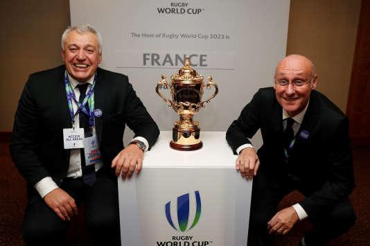 Claude Atcher, directeur de la candidature française, et Bernard Laporte, président de la Fédération française de rugby, à Londres le 15 novembre.