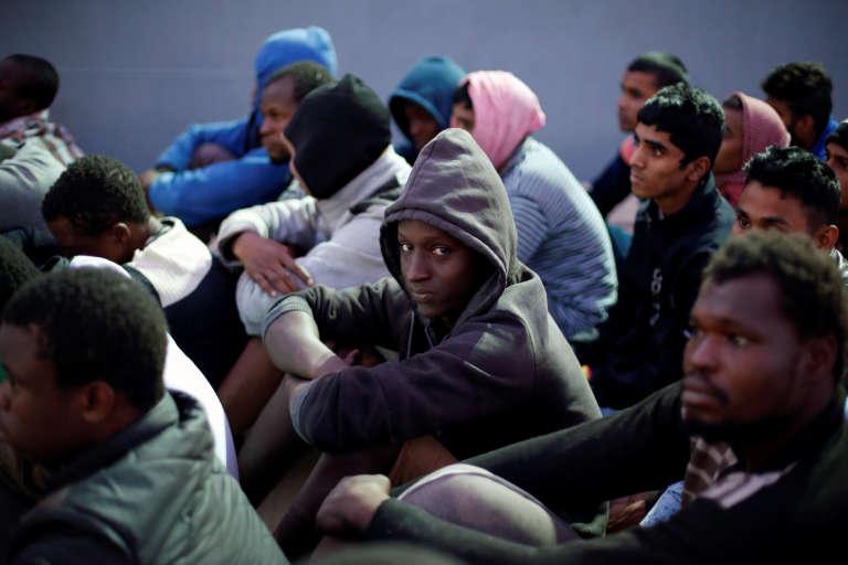 Arrivée de migrants secourus en mer, sur la base navale de Tripoli, le 4 novembre.