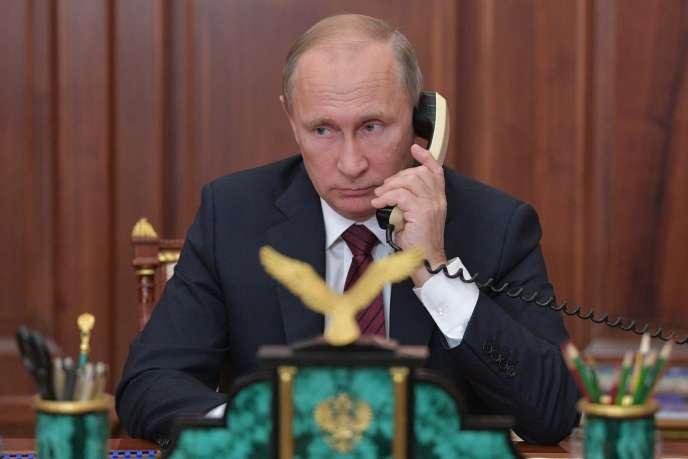 Le président russe, Vladimir Poutine, au téléphone depuis le Kremlin avecAlexandre Zakhartchenko, chef de la république autoproclamée de Donetsk, le 15 novembre.