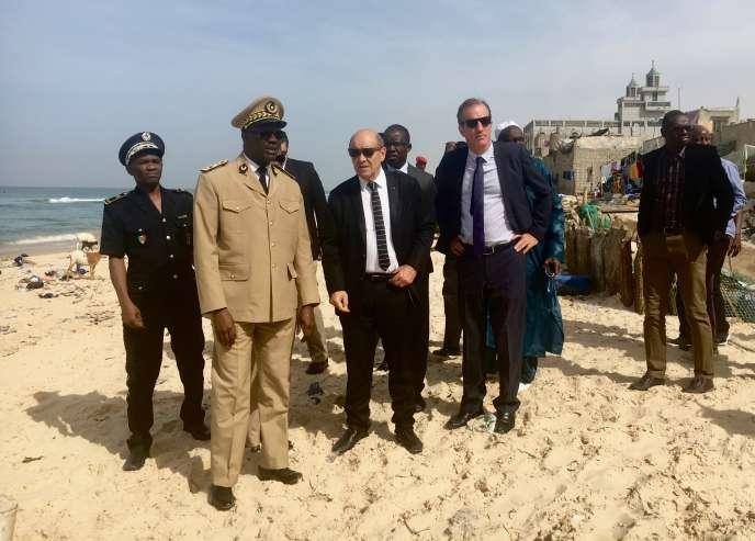 Le gouverneur de Saint-Louis Aidara Niang, le ministre des affaires étrangères Jean-Yves Le Drian et l'ambassadeur de France au Sénégal,Christophe Bigot, à Saint-Louis, le 14 novembre 2017.
