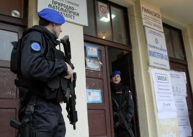Des agents d'Eulex, le 12 novembre à Mitrovica.