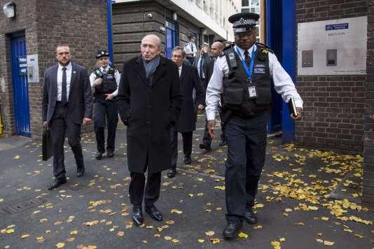 Le ministre de l'intérieur, Gérard Collomb, visite le marché de Brixton, à Londres, le 16novembre.
