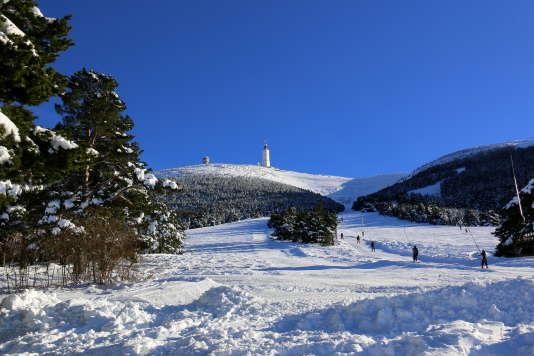 La tour hertzienne domine les pistes de la station du Ventoux.