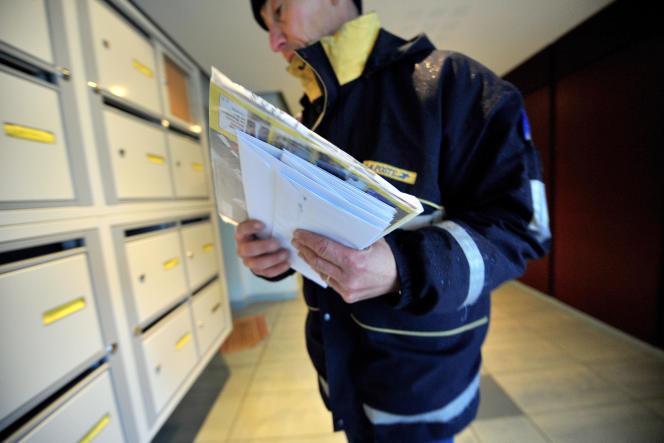 Distribution du courrier, à Caen (Calvados), en 2008.