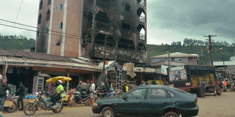 Un hôtel incendié à Bamenda, au Cameroun, le 16juin 2017.