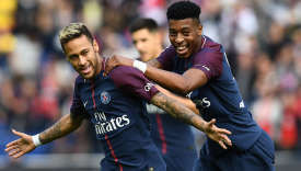 Neymar félicité par son coéquipier du PSG Presnel Kimpembe, le 30 septembre 2017 au Parc des Princes à Paris.