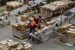 « En un été, Amazon est devenu un poids lourd de la distribution commerciale de produits physiques outre-Atlantique, et aurait des velléités de faire de même en France» (Centre Amazon de Peterborough, en Grande-Bretagne, le 15 novembre).