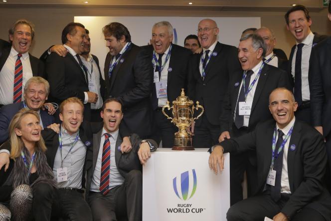 La délégation française fête la désignation de la France comme pays hôte de la Coupe du monde de rugby 2023, à Londres, le 15 novembre.