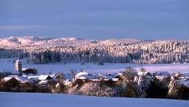 Fourgs et les formes douces des montagnes du Jura.