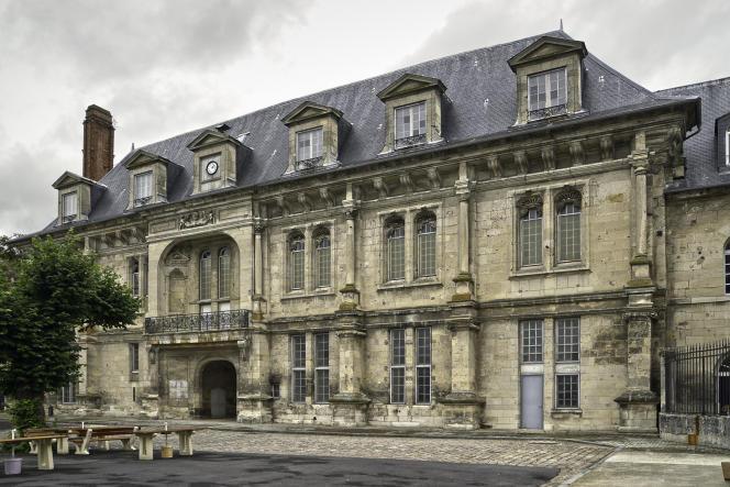 La façade duchâteau de Villers-Cotterêts (Aisne), joyau de la Renaissance, désormais muré aux deux tiers.