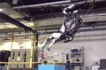 Le robot Atlas en plein salto arrière.