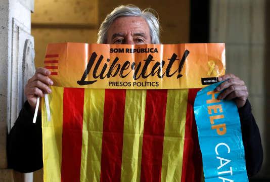 Carles Puigdemont, Antoni Comin, Meritxell Serret, Clara Ponsati et Lluis Puig sont poursuivis notamment pour « rébellion », « sédition » et « malversations » pour avoir organisé le référendum du 1er octobre.