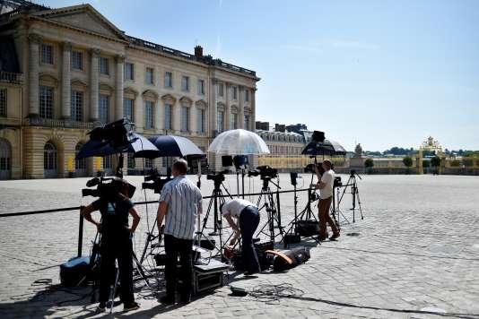 Devant le château de Versailles, le 29 mai 2017.