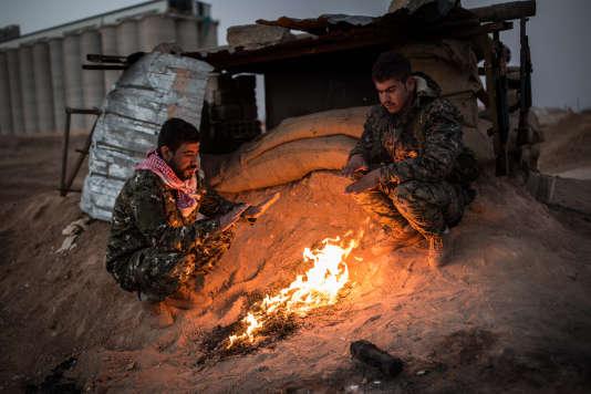 Deux soldats des FDS (Forcés démocratiques kurdes) postés à un check point entre Qamishli et Kobané, le 15 novembre en Syrie.