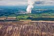 La centrale au lignite de Jänschwalde (Allemagne) et les terrils d'une mine de lignite au premier plan, en mai 2013.
