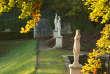 Le parc de Saint-Cloud a encore les attributs d'un domaine princier, n'était la disparition du château, lors de la guerre de 1870. Terrasses, bassins, Grande Cascade, topiaires, vasques et statues y déclinent la grammaire des jardins, dans un espace habité par l'Histoire que les auteurs nous donnent envie d'arpenter.