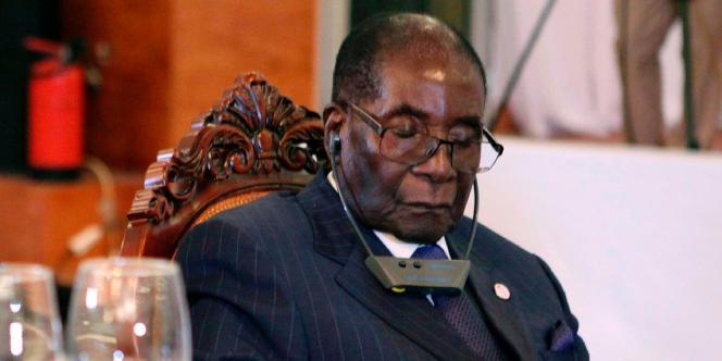 Robert Mugabe lors d'un dîner du sommet Afrique-France, le 13 janvier 2017 à Bamako.