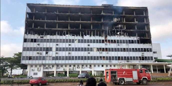 La partie administrative de l'Assemblée du Cameroun à Yaoundé, sur la façade arrière du bâtiment, ravagée par les flammes, le 17 novembre 2017.