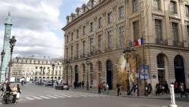 Au coin de la place Vendôme et de la rue Saint-Honoré. La sculpture monumentale restera sur la façade de la boutique Vuitton au moins jusqu'en 2018.