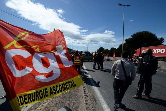 Les ouvriers d'une usineAscometal manifestent contre la réforme du travail, le 19 mai 2016 près dePort-de-Bouc, dans le sud de la France.