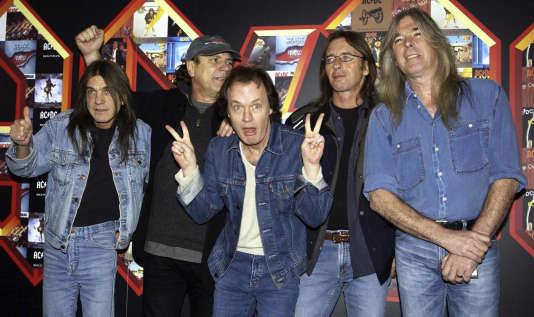 Le 3 mars 2003, les musiciens du groupe AC/DC, Malcolm Young, Brian Johnson, Angus Young, Phil Rudd et Cliff Williams (de gauche à droite), à la salle de spectacle Apollo Hammersmith à Londres.