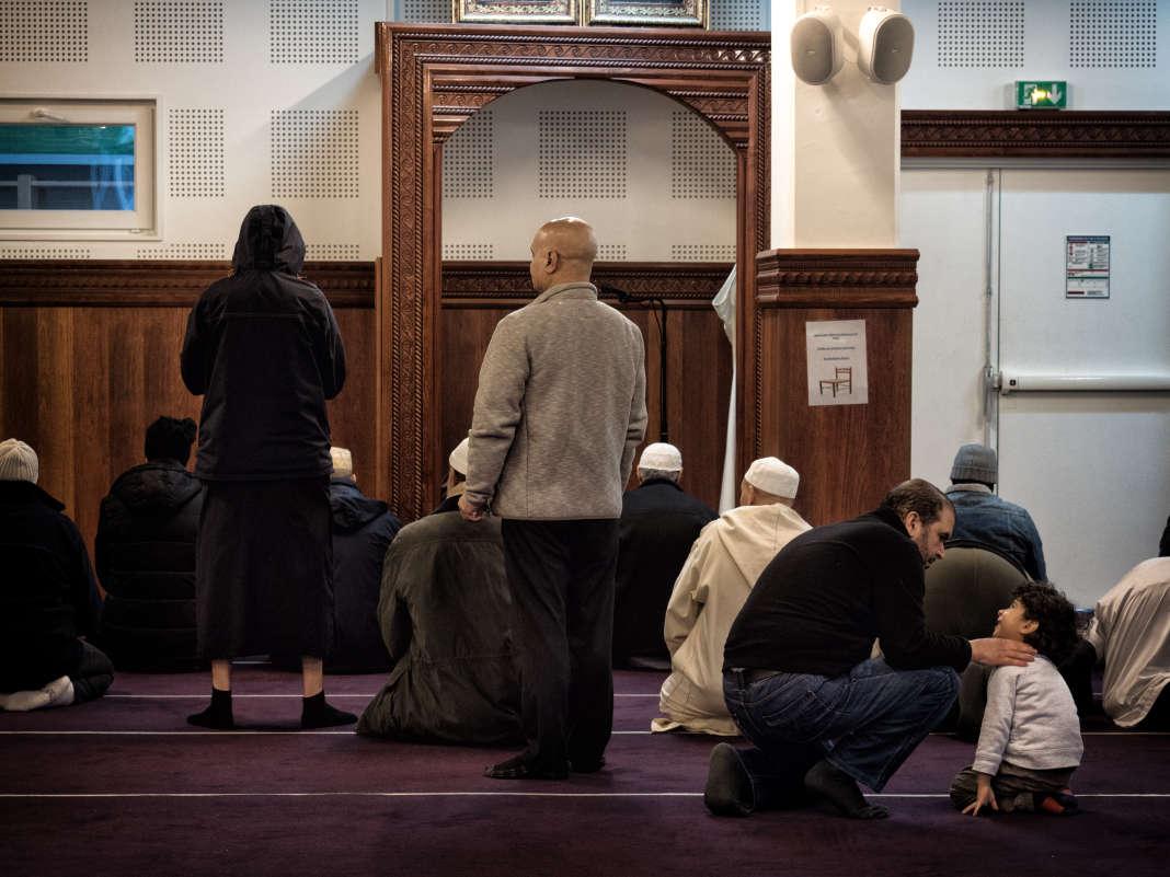 Préparation à la prière dans le centre cultuel et culturel musulman de Clichy-la-Garenne (Hauts-de-Seine), le 17 novembre 2017.