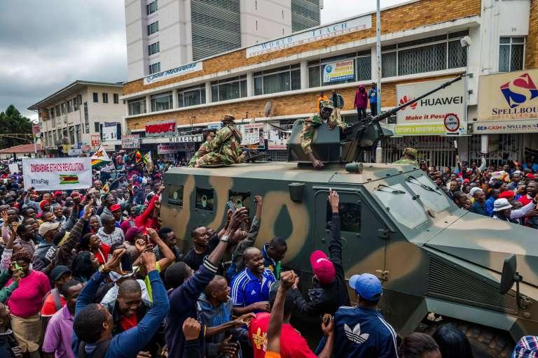 Les manifestants arpentent les rues de la capitale zimbabwéenne, Harare, samedi 18novembre 2017.