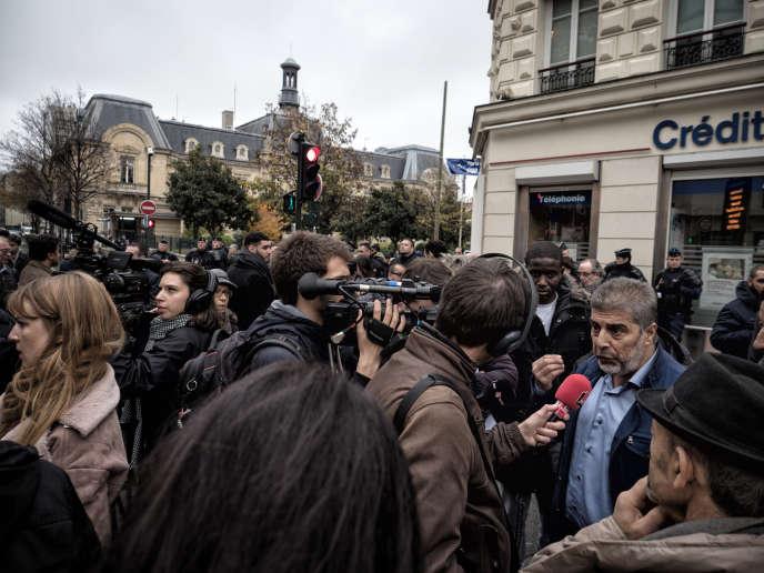 Des personnes de confession musulmane manifestent à l'appel de l'UAMC (Union des associations musulmanes de Clichy), le 17 novembre 2017 sur la place du marché de Clichy, pour réclamer le droit à prier dans la rue.