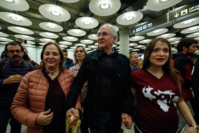 Antonio Ledezma lors de son arrivée à l'aéroport de Madrid, le 18 novembre.