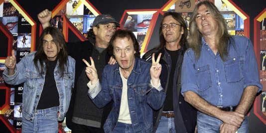 Malcolm Young (tout à gauche) avec le reste de son groupe AC/DC : Brian Johnson, Angus Young, Phil Rudd and Cliff Williams, le 3 mars 2003.