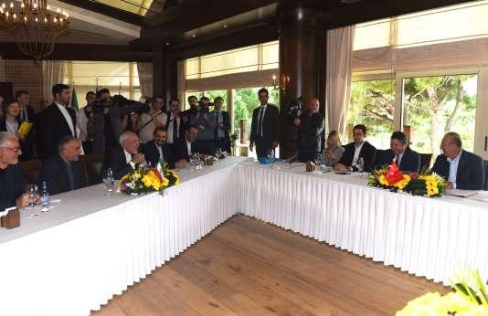 Les ministres des affaires étrangères turc (à droite), Mevlüt Çavusoglu, et iranien, Mohammad Javad Zarif (troisième en partant de la gauche), dimanche 19 novembre, à Antalya.