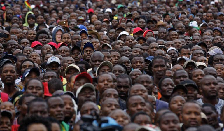 Des manifestants opposant au président Mugabe sont réunis à Zimbabwe Grounds, à Harare, le 18 novembre.