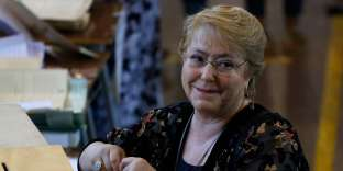 Chile's President Michelle Bachelet casts her vote at a polling station during the presidential election in Santiago on November 19, 2017. Voting began Sunday in the first round of Chile's presidential election, with former president Sebastian Pinera likely to cement his frontrunner status to succeed Socialist leader Michelle Bachelet. / AFP / Pablo VERA