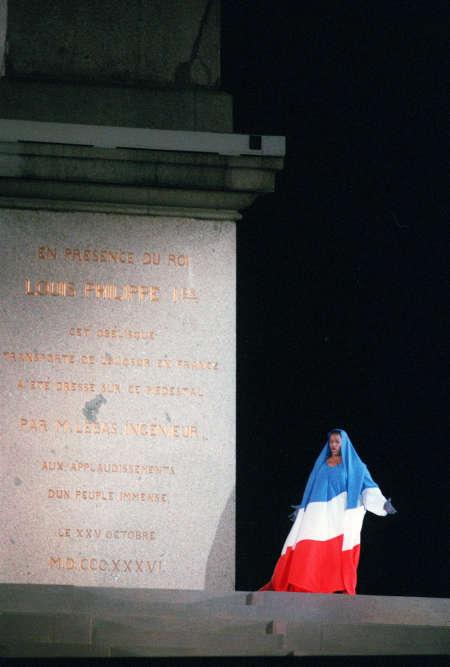 A évènement exceptionnel, équipe exceptionnelle : pour le bicentaire de la révolution française en 1989, le chorégraphe des festivités commémoratives à Paris, Jean-Paul Goude, fait appel à Azzedine Alaïa pour créer la tenue bleue-blanc-rouge de la cantatrice Jessye Norman et rentrer dans l'histoire.
