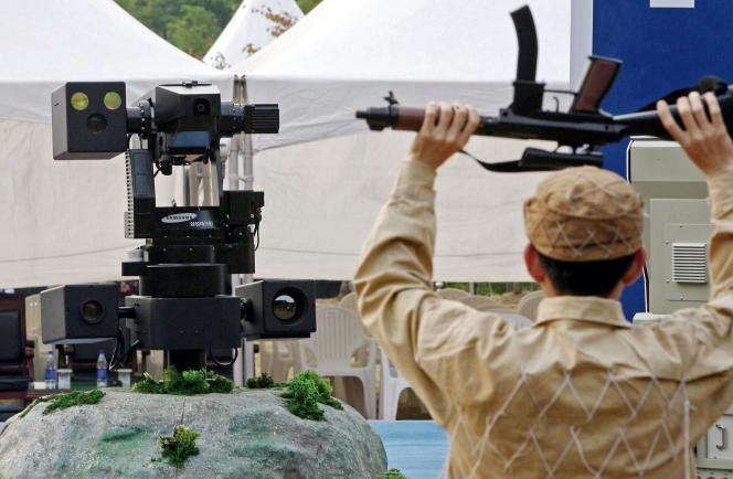 Le robot militaire sentinelle SGR-A1 du sud-coréen Hanwha Techwin, à Cheonan, près de Séoul, en 2006.