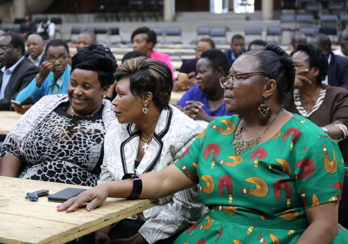 Des membres de la ZANU-PF discutent du sort du président Mugabe, lundi20novembre, à Harare, la capitale.