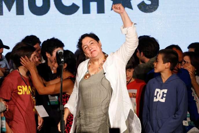 Beatriz Sanchez, arrivée en troisième position, salue ses partisans à Santiago, le 19 novembre.