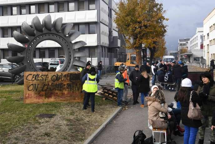 Des salariés bloquent l'entrée du site de GE Hydro, à Grenoble, le 20 novembre.