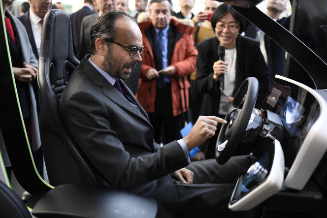 Le premier ministre Edouard Philippe, lors de sa visite sur le site de Valeo à Bobigny, lundi 20 novembre.
