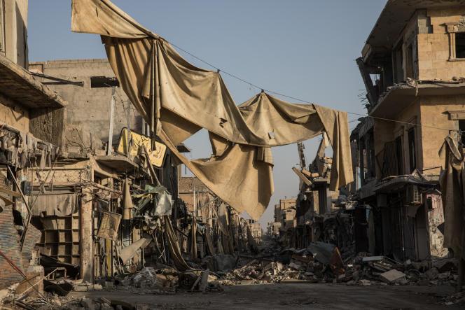 Rue dévastée de Rakka. Les couvertures servaient à cacher la vue aux snipers.