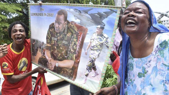 Des partisans d'Uhuru Kenyatta fêtent, le 20 novembre à Mombasa, la validation par la Cour suprême des résultats de la présidentielle du 26 octobre.