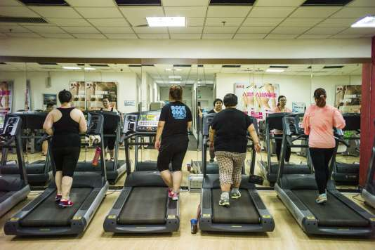 This picture taken on May 25, 2015 shows overweight people having exercise treatment at the Aimin (Love the People) Fat Reduction Hospital in the northern port city of Tianjin.  AFP PHOTO / FRED DUFOUR / AFP PHOTO / FRED DUFOUR