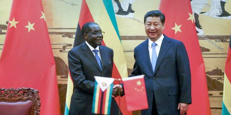 Le président zimbabwéen Robert Mugabe et son homologue chinois Xi Jinping à Pékin le 25 août 2014.