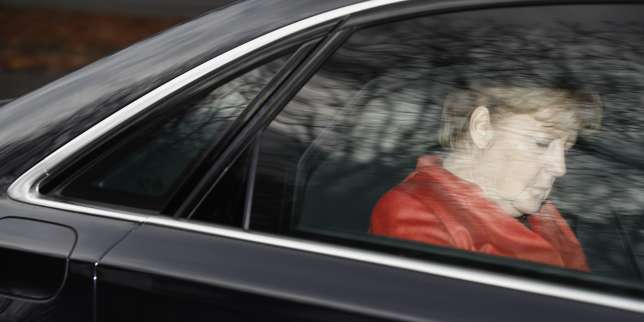 TOPSHOT - German Chancellor Angela Merkel leaves in her car the presidential residence Bellevue Castle in Berlin where she met the German President on November 20, 2017 after coalition talks failed overnight. Chancellor Angela Merkel was left battling for political survival on November 20 after high-stakes talks to form a new government collapsed, plunging Germany into a crisis that could trigger fresh elections. / AFP / Odd ANDERSEN