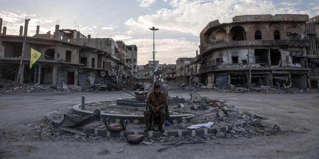 Un soldat des Forces démocratiques syriennes (FDS) garde un rond-point à Rakka.