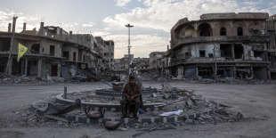 Un soldat FDS garde un rond-point à Rakka. Les soldats ne sont pas très nombreux dans la ville. Les civils n'ont pas encore l'autorisation de revenir chez eux.