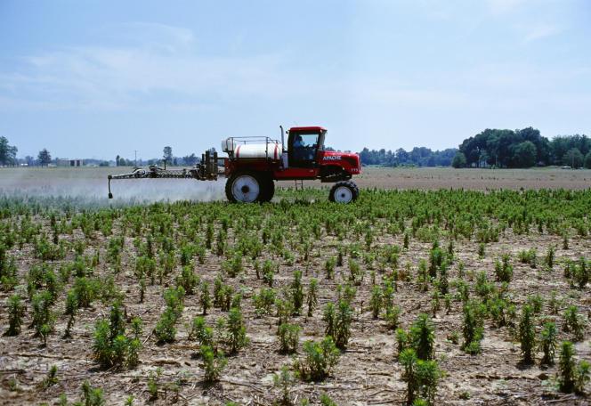 Epandagede pesticides, dans un champ du Mississippi, en juillet 2016.