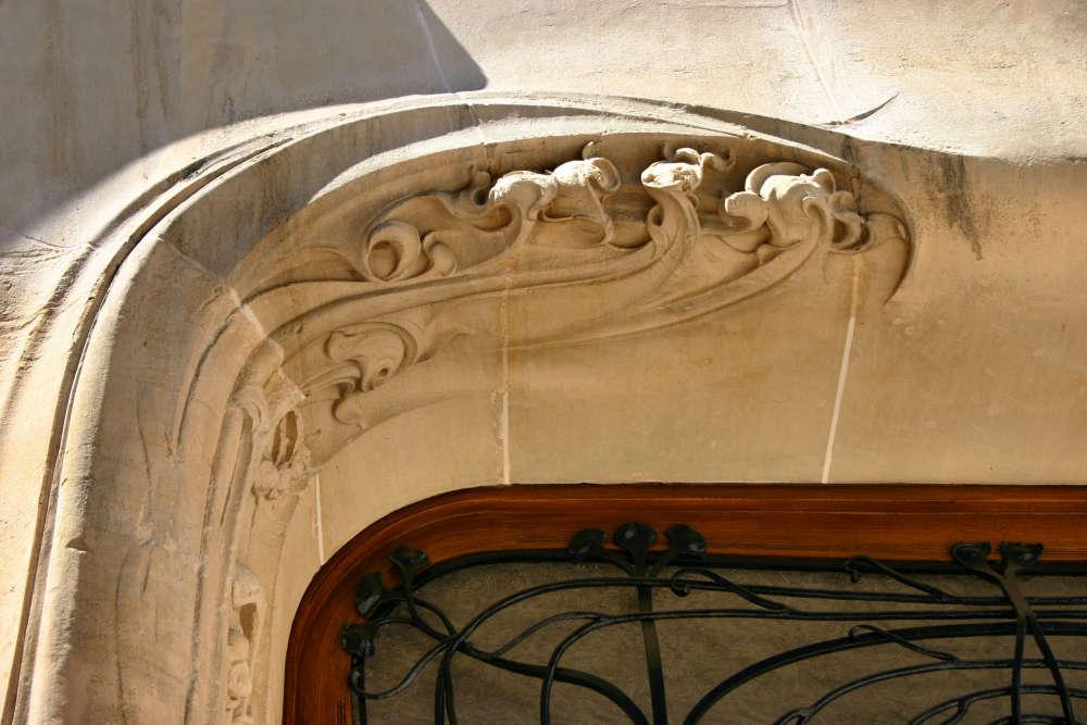 Voici un détail sur pierre sculptée du chambranle de la porte principale.