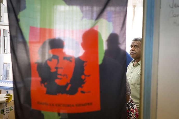 Louis Mapou, élu de la Province Sud et président du groupe UNI au Congrès de Nouvelle-Calédonie, au siège du Palika (Parti de libération kanak) à Nouméa, jeudi 16 novembre.