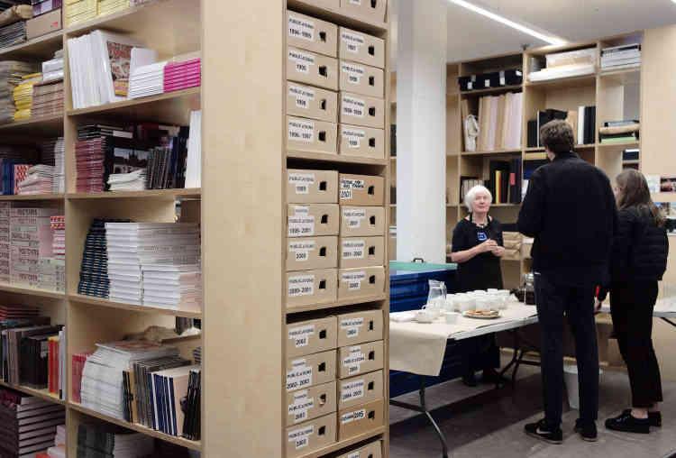 Susie, la femme écrivain de Martin Parr, vêtue d'un tablier à l'effigie de la fondation, accueille les participants au sein des collections de photographies de son époux. Au menu: thé au lait, café et cookies.